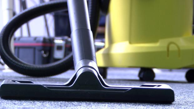 Polacy coraz częściej korzystają z usług sprzątaczy