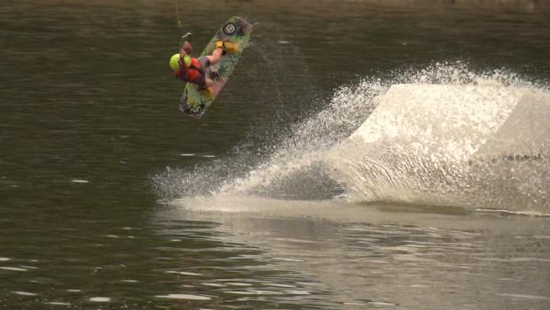Woda, deska i  skok na przeszkodę. Sekrety wakeboarding