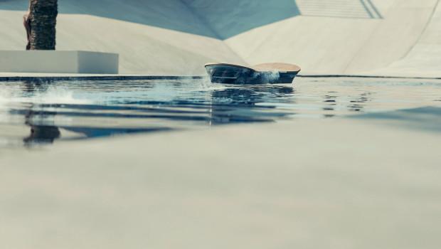Lewitująca deskorolka Lexus Hoveboard jeździ po wodzie