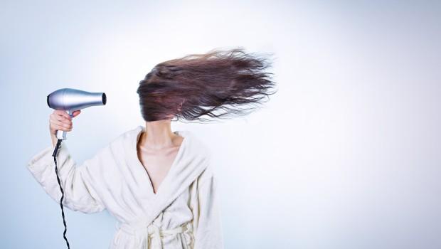 Wypadanie włosów wiosną – jak radzić sobie ze skutkami zimy?