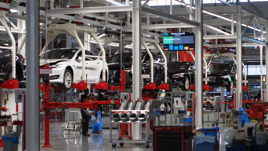 Co trzecia fabryka motoryzacyjna w Polsce już produkuje części do aut elektrycznych, hybrydowych lub autonomicznych