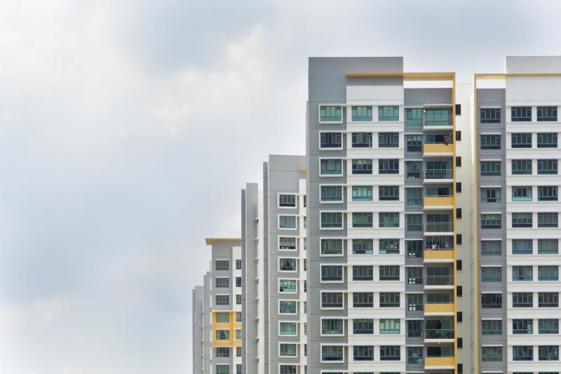 Blok, dom wolnostojący czy szeregówka – gdzie zamieszkać, by było ciszej?