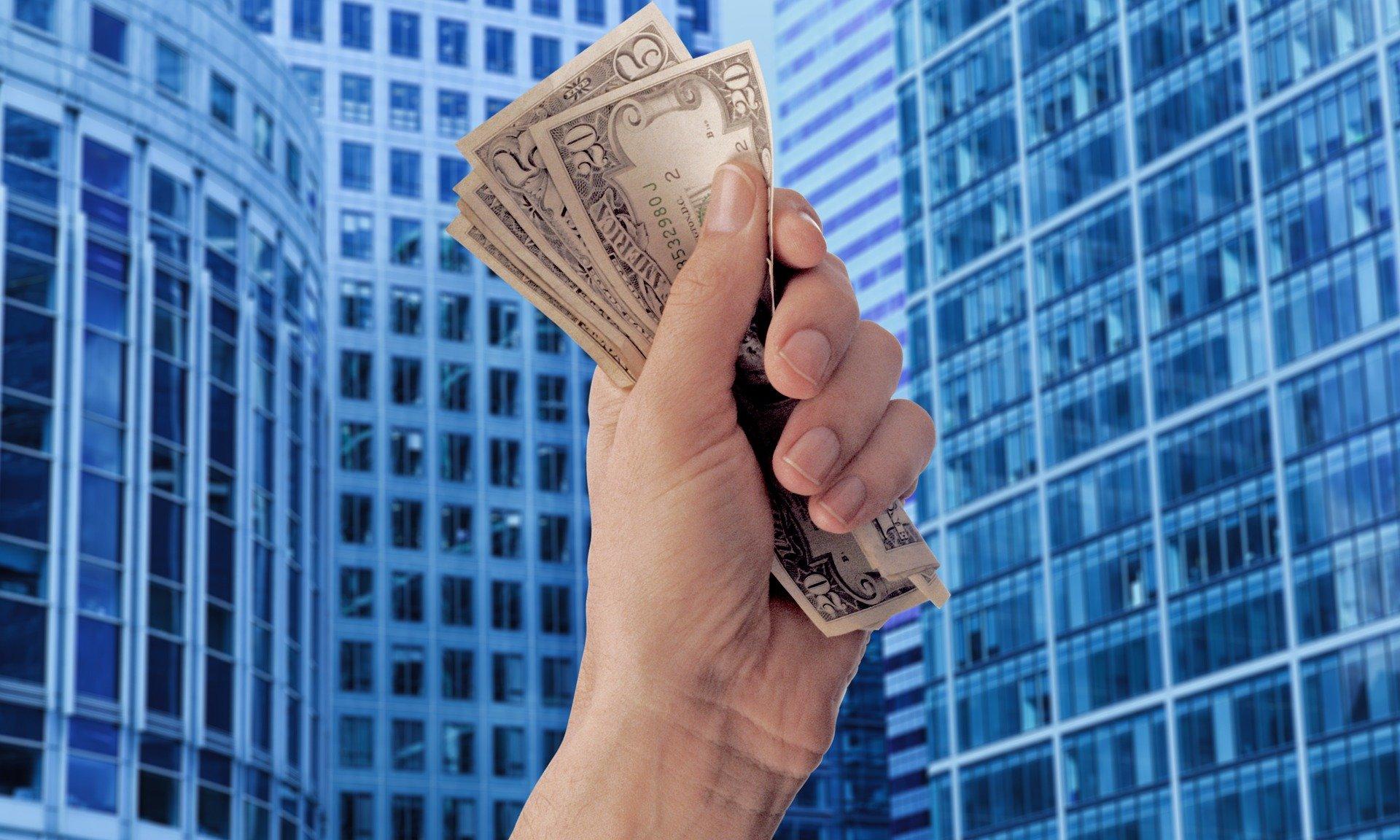 Jakie są skutki łagodnej polityki monetarnej?
