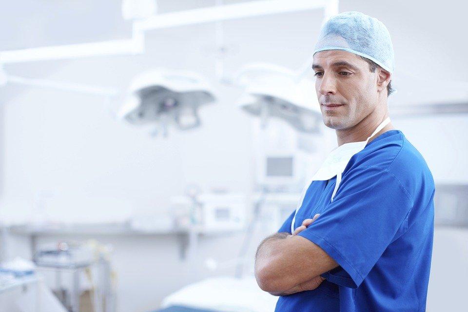 Obawy i nadzieje młodych pracowników służby zdrowia – raport Future Health Index 2020