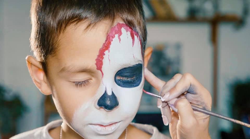 """Malowanie buzi, brokatowe tatuaże i warsztaty """"Picasso"""" –  kolejny event dla dzieci z cyklu """"NYX Hotel Warsaw for Kids""""."""