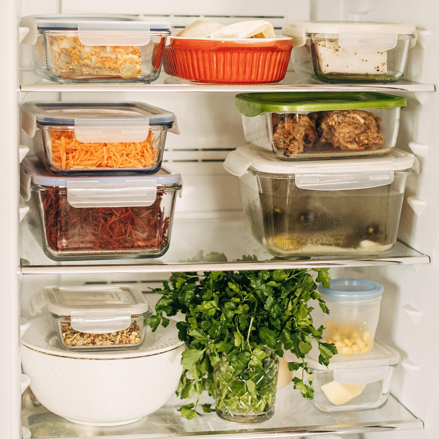 Świadome i przemyślane zakupy spożywcze oraz porządek w lodówce znacząco redukują marnowanie żywności w domu