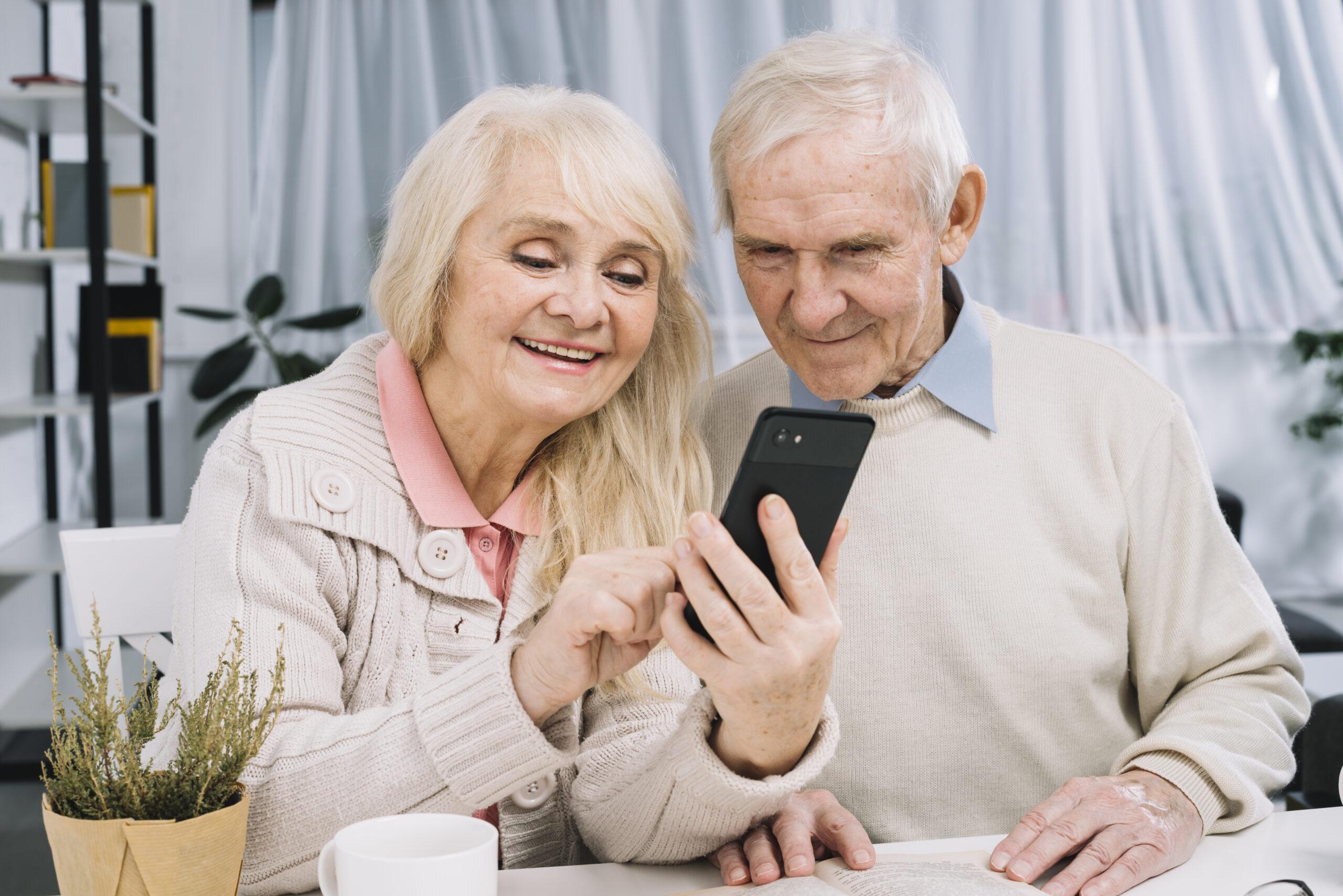 """T-Mobile pomoże seniorom wzmocnić kompetencje cyfrowe w ramach projektu """"Sieć Pokoleń"""""""