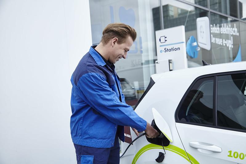 Coraz więcej pojazdów elektrycznych przypada na jeden punkt ładowania